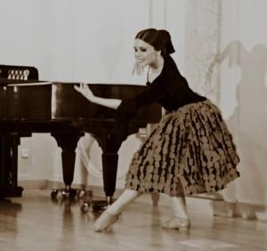 Sara Martín interpretando la Danza de la Molinera